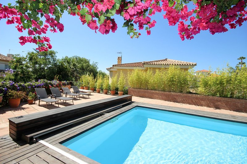 1982 - 5 bed villa with private garden and pool, Riviera del Sol, Mijas Costa, holiday rental in Sitio de Calahonda
