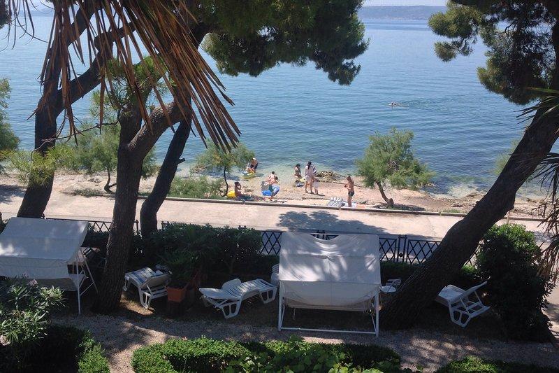 Pine Tree Retreat Seafront Apartment Kastela, alquiler de vacaciones en Kastel Stari