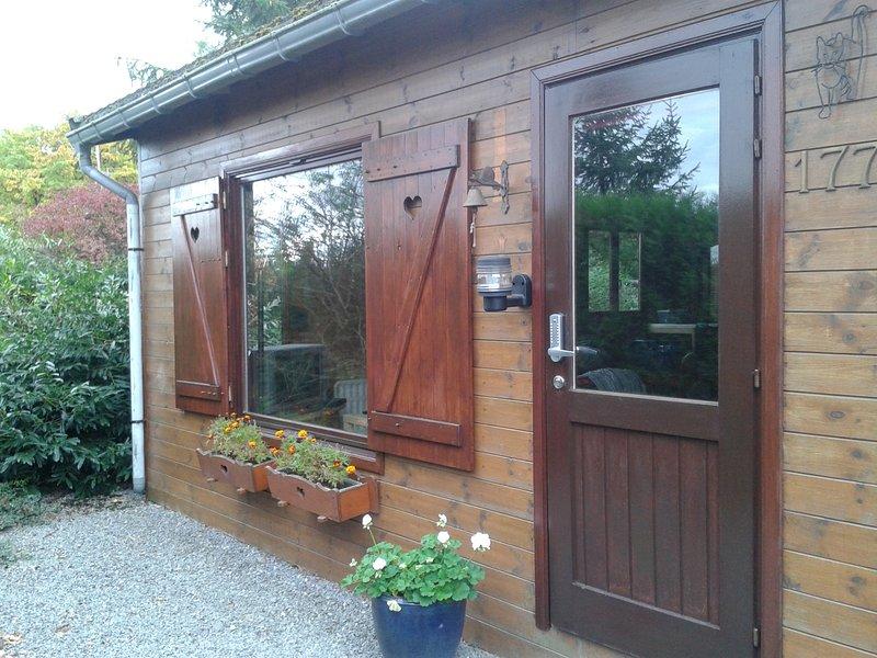 IMME: Ardennen: Selfservice chalet in Resteigne,  alle comfort  tot 8 personen, location de vacances à Daverdisse