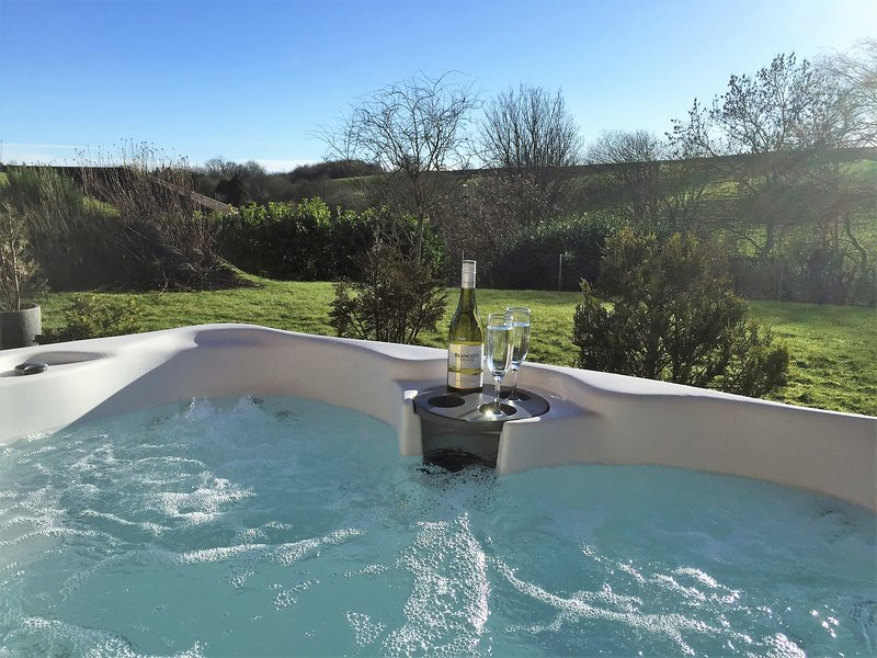 FABULOUS LARGE HOUSE WITH HOT TUB INCLUDING FOUR BEDROOM SELF CONTAINED WING, holiday rental in Carmyllie