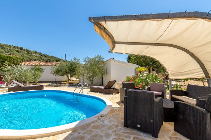 Holiday houses Pia ,nature&privacy-few minutes from the sea, vacation rental in Vrsine