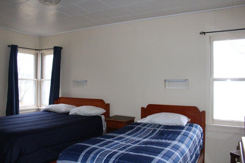 una individual y una doble en dos habitaciones