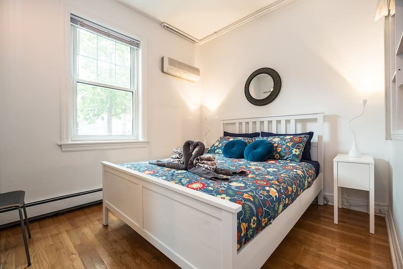 1st bedroom with queen size bed.