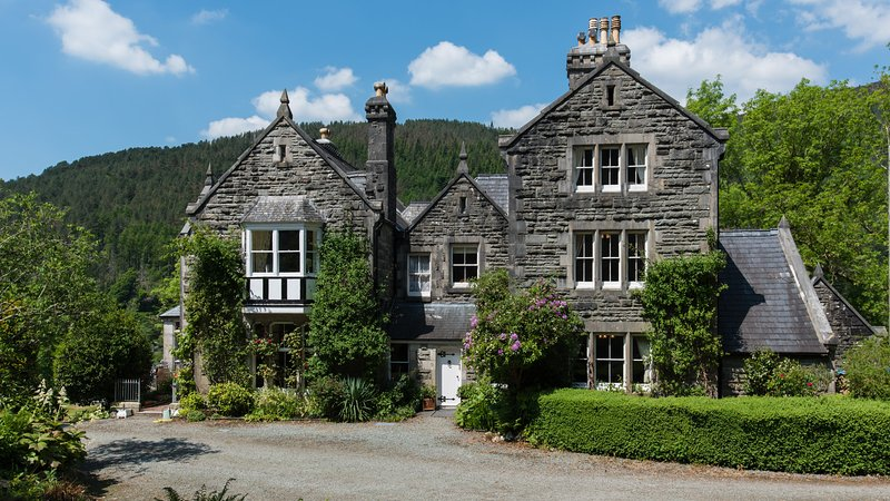 Farchynys Hall- large private wing of manor house, holiday rental in Barmouth