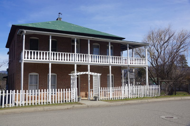 Historic Collier Hotel and Vacation Rental: Great Porch and Dining Areas, vacation rental in Fort Jones