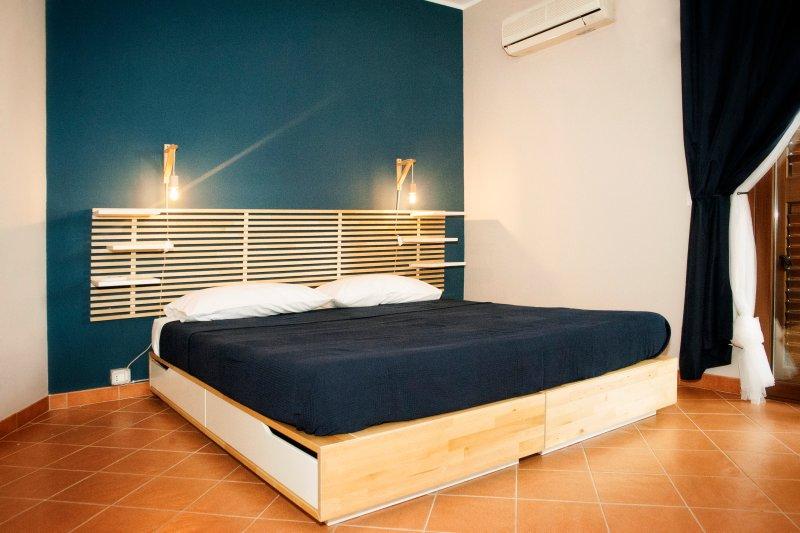 La nostra suite con letto king size, bagno privato con doccia, aria condizionata e balcone privato.