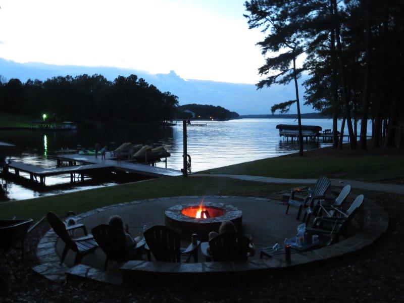 Inbyggd eldstaden är så nära till sjön. Fantastisk utsikt och stor stjärna blickar.
