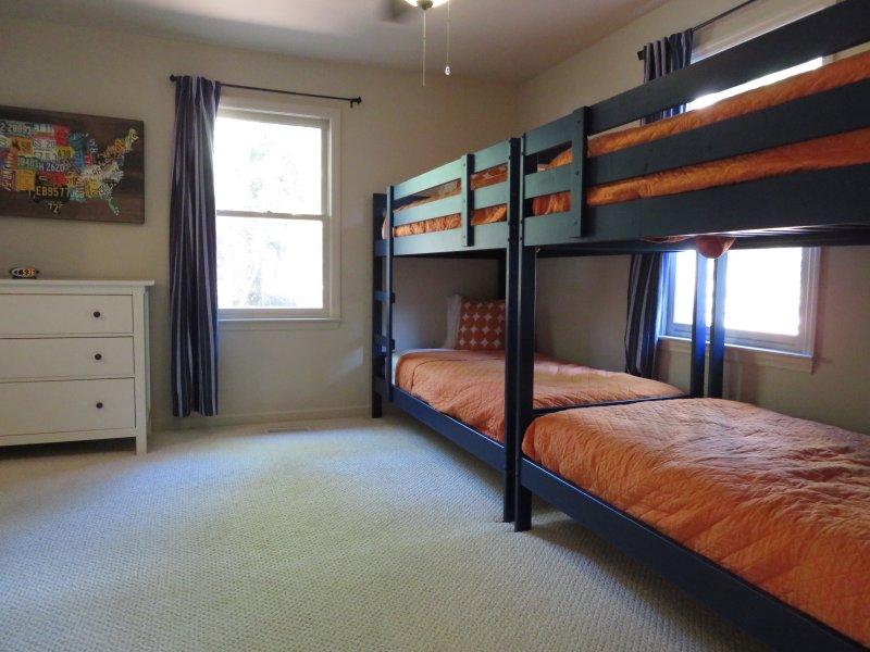 Entréplan Bunk Room har 4 dubbelsängar och direkt tillgång dörren till bottenvåningen badrummet.