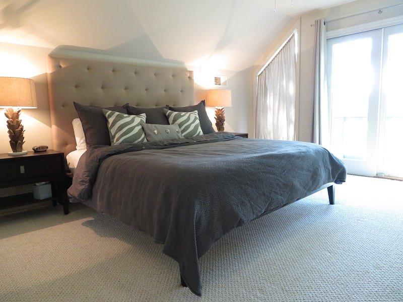 Sovrummet har en king size säng, stor byrå, klädkammare, 2 stolar i rummet och balkong