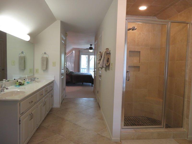 Mästaren bad har en dubbel fåfänga och en stor duschkabin med full kakel.