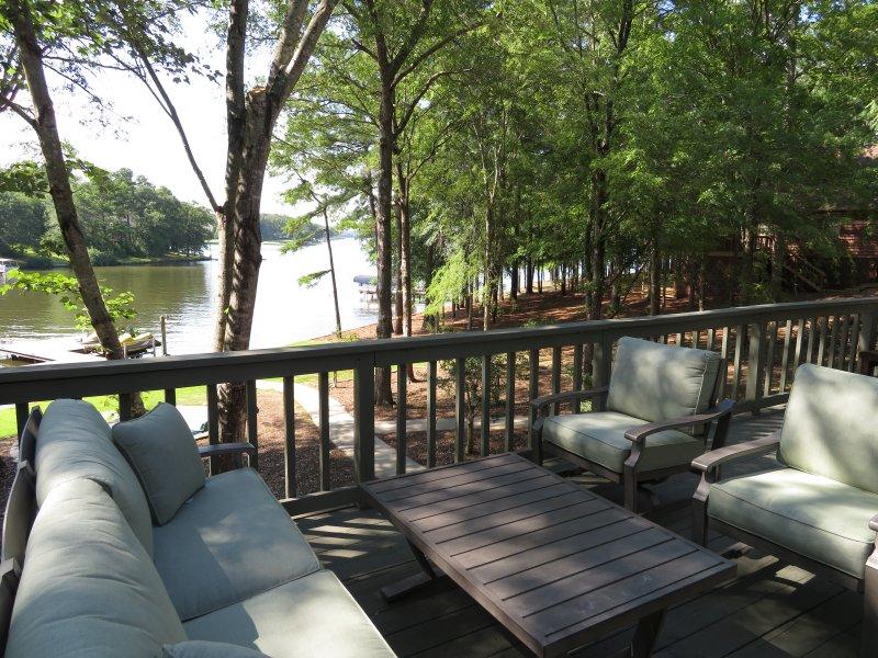 Utomhus samtal set är en bekväm plats att koppla av. Öppen utsikt över sjön och till doc
