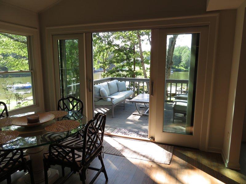 Frukostrummet är omgiven av fönster och har en dubbel altandörr.