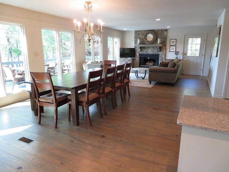 Huge matbord med plats för upp till 10 personer.