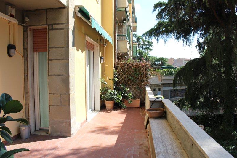 25m2 de terraza con vistas a la accedibile verde sala de estar y dormitorio 1.