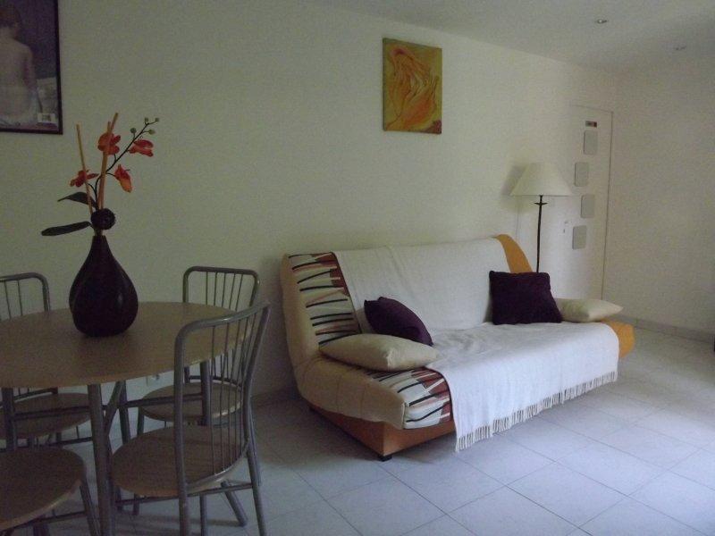 la sala de estar con 2 cama (sofá cama) y comedor