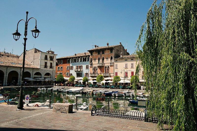 El antiguo puerto de Desenzano a solo 15 minutos a pie.
