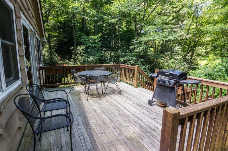 Pont avec table, chaises et grill