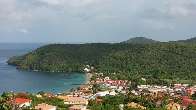 Une vue incroyable sur la mer caraïbes et le village. Photo prise depuis la terrasse.