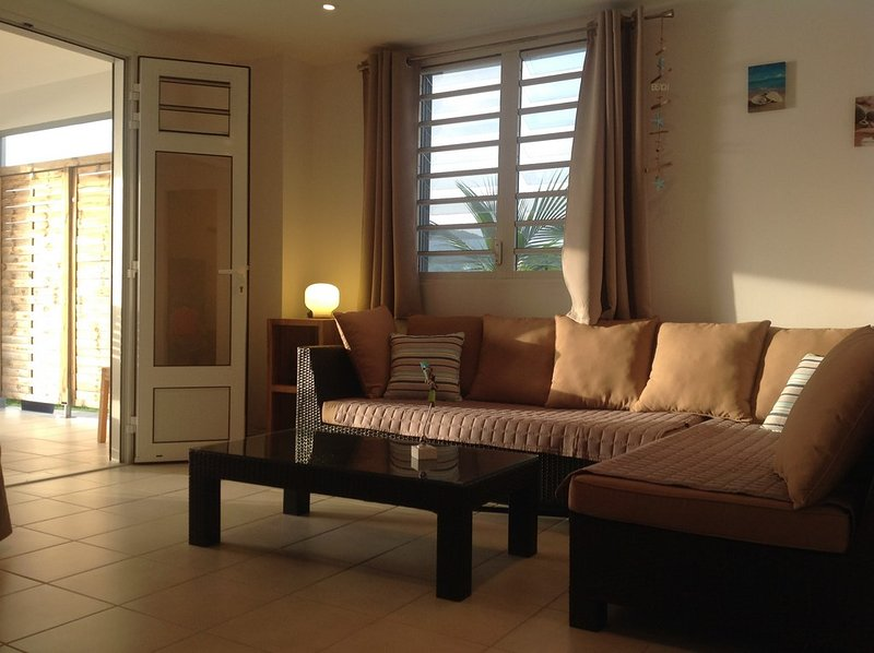 Lounge met uitzicht op het terras. Zeer goed geventileerd dankzij de ligging en jaloezie.