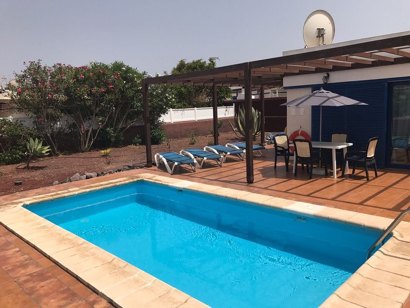 jardín privado y piscina climatizada