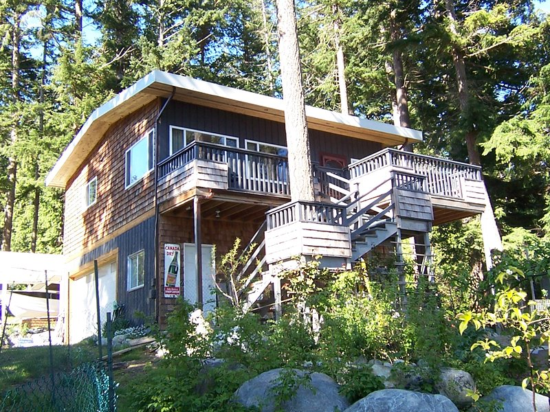 Waterfront guest house on Malaspina Straight, vacation rental in Vananda
