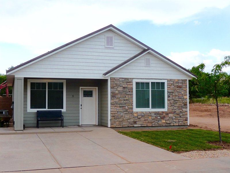 ZC3 Brand New Home Now Available! 20 minutes to Zion & 2 hours to Bryce Canyon, holiday rental in Toquerville