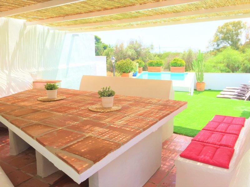 Cenador para 14 personas con wifi y enchufes en 3 mesas de apoyo. Jardín y piscina