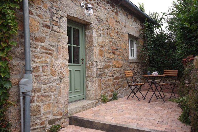 kleines sehr schönes, komfortables Ferienhaus mit Meerblick, Strandnähe,, holiday rental in Lezardrieux