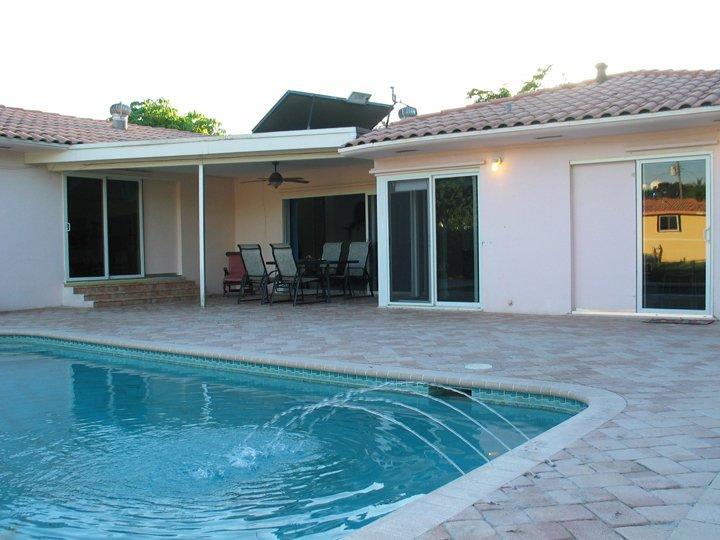 Su piscina privada y una fuente