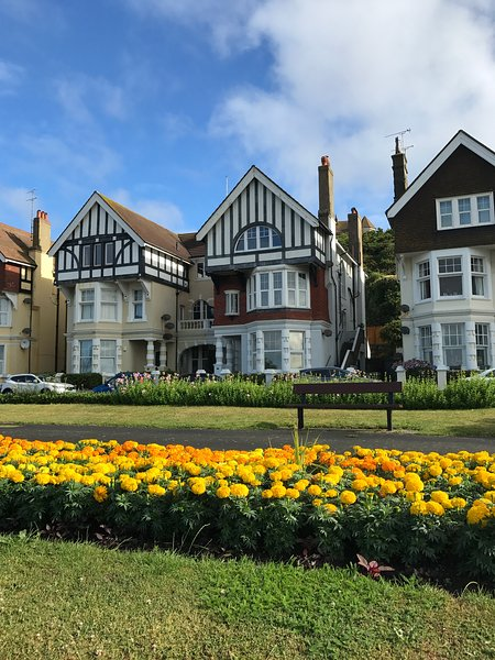 Spacious luxury 2 bed seafront flat with garden, casa vacanza a Hastings