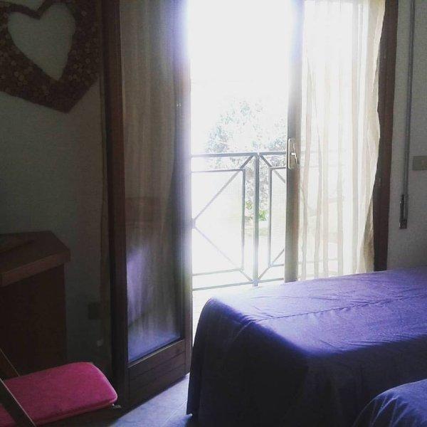 dormitorio con dos camas individuales, un balcón con vistas a las colinas de la alfonsinos, muy fresco y ventilado