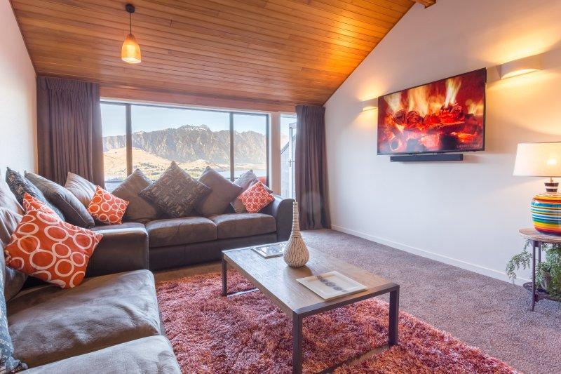 moderne Executive-Lounge mit großen See und die Berge luxuriös eingerichtet