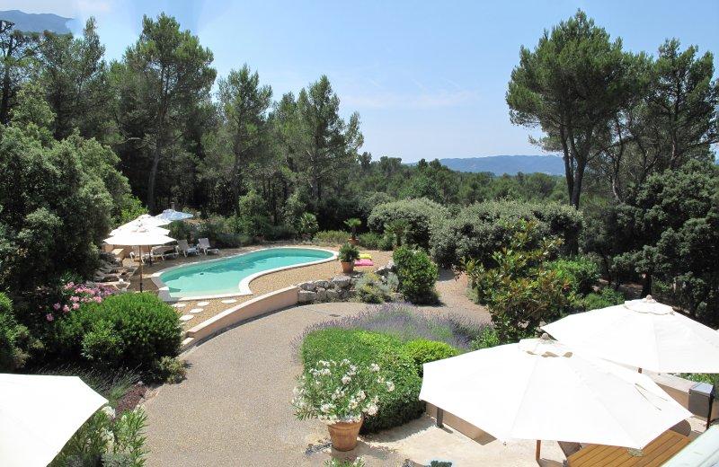 La terrasse ombragée et la piscine avec 8 chaises longues et 7 parasols