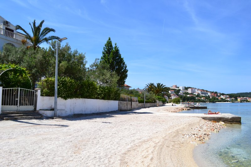 Fantastic Beach Rental with 6 separate sea view units for up to 17 guests, holiday rental in Okrug Gornji