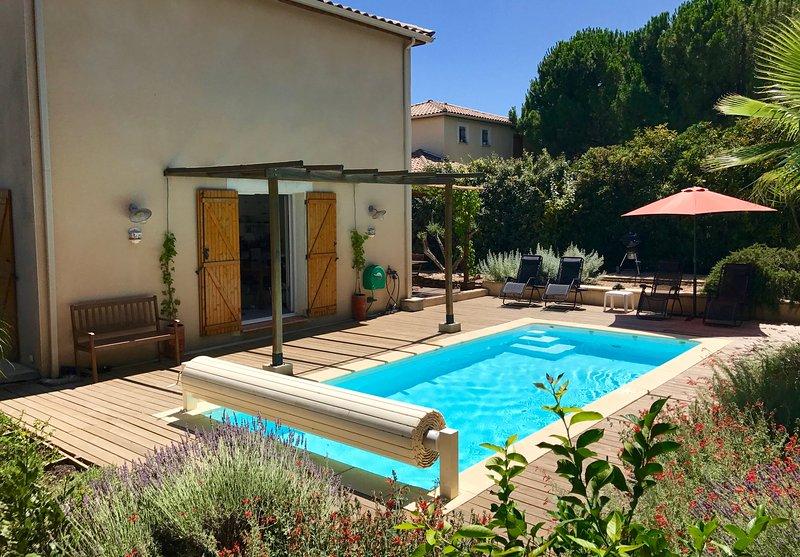 Villa w/ private garden, heated pool, wifi, Roujan, location de vacances à Neffiès