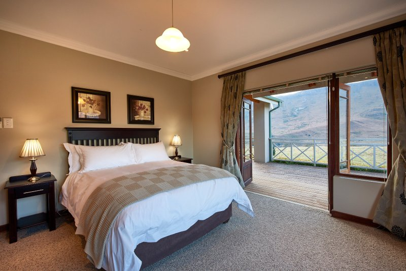 1 executive en-suite bedroom with mountain views next to Golden Gate Reserve, vacation rental in Free State