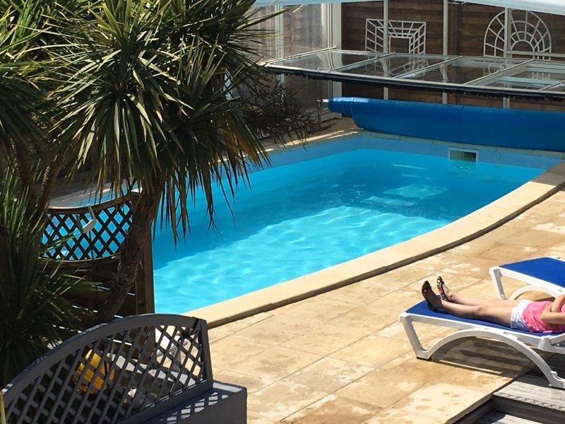 Belle Villa vue Mer avec Piscine privée couverte chauffée 4 à 9 pers, holiday rental in Chateau-d'Olonne