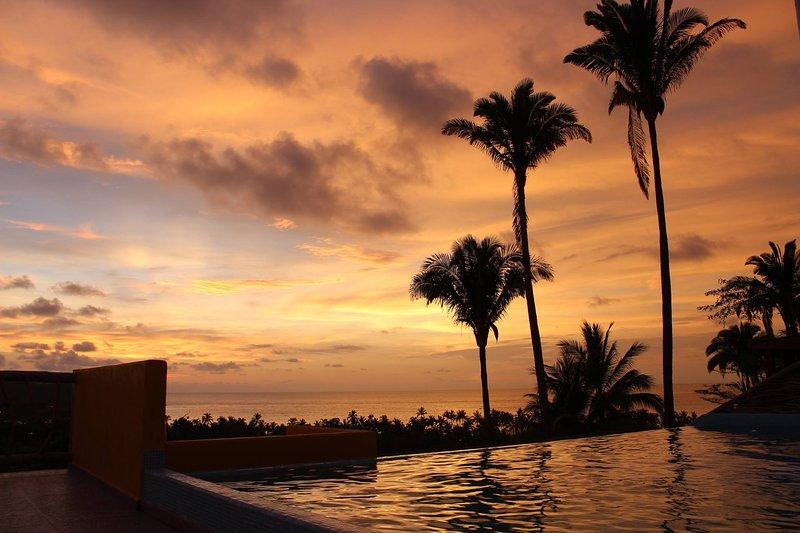 Um por do sol é melhor se relaxar na piscina infinity