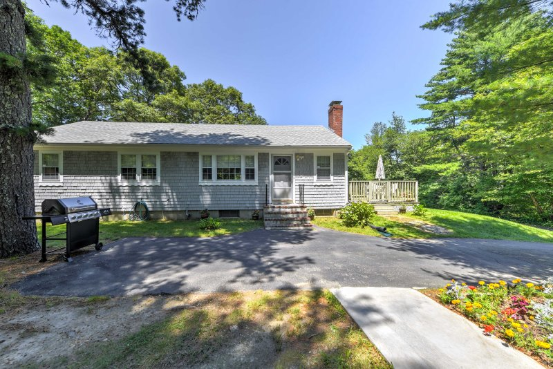 Cape Cod Home on 1+ Acre - Just Mins From Beaches!, location de vacances à Mashpee