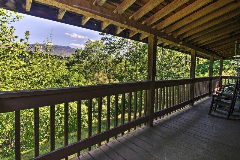 'Greenbrier Lodge' ~ 1 Mi to Smoky Mtn National Pk, holiday rental in Gatlinburg