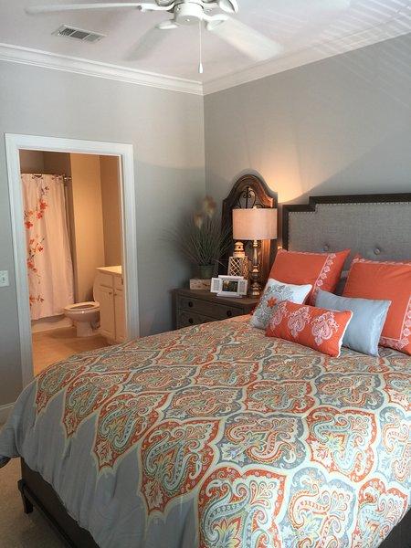 Reina dormitorio de invitados con baño en suite
