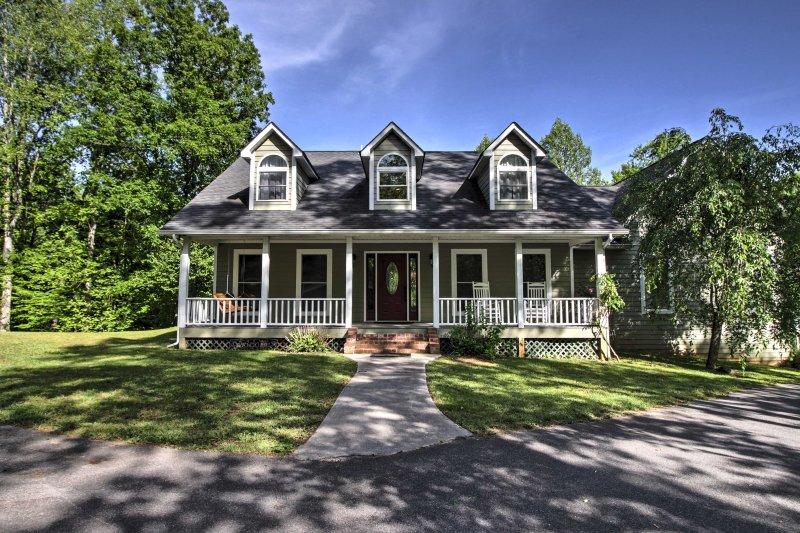Das Haus verfügt über ein hübsches Giebeldach und einfache Front, was die Cape Cod-Stil Häuser.
