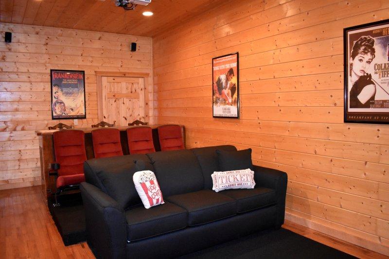 Tamisez les lumières et vous pourrez apprécier confortablement sur les meubles en peluche.