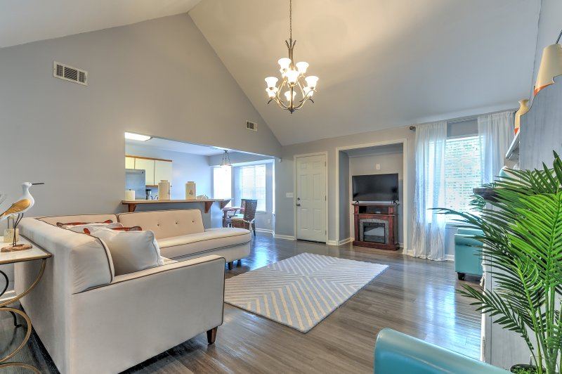 Upscale House w/Grill & Backyard near DT Savannah!, vacation rental in Midway