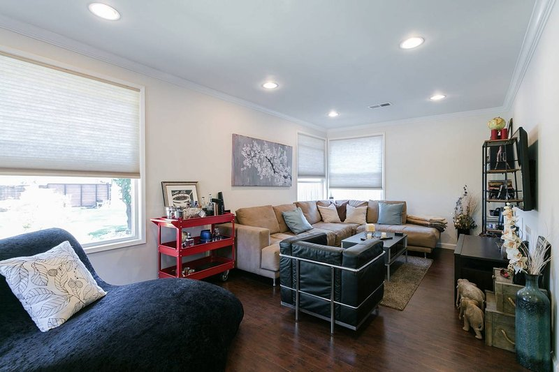 Private, lovely home minutes from Universal and attractions, vacation rental in East Los Angeles