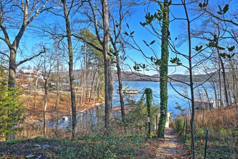 'Paradise Cove' is steps from Lake Guntersville.