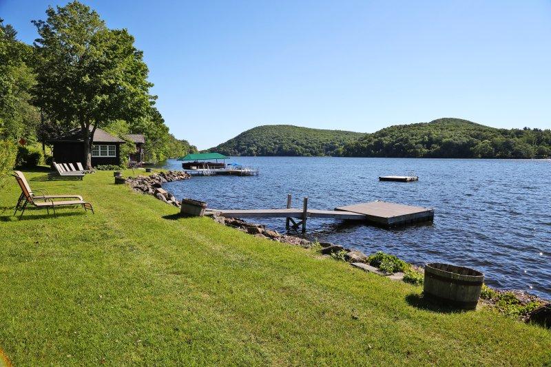 Situato sul Lago Waramaug, questa casa offre l'accesso ad un bacino e rimessa per barche!