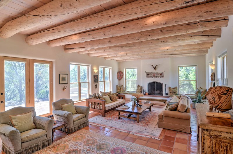 Custom Taos Home on 11 Acres w/ Outdoor Fire Pit! – semesterbostad i Valdez