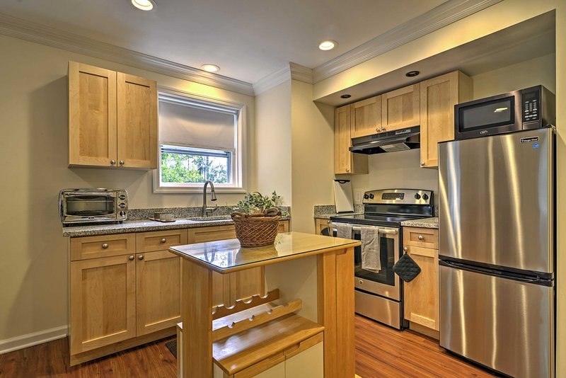 Add some flavors from home to your vacation with this well-equipped kitchen.