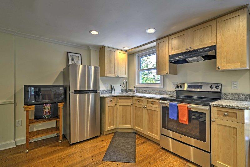 Preparare prelibatezze fatte in casa in questa cucina ben attrezzata.